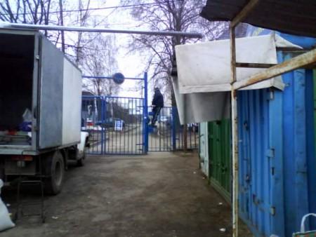 Скандал на рынке! Ворота и калитки закрывают на замки!