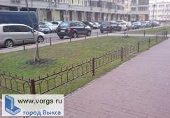 В Выксе жители и администрация оградили газон